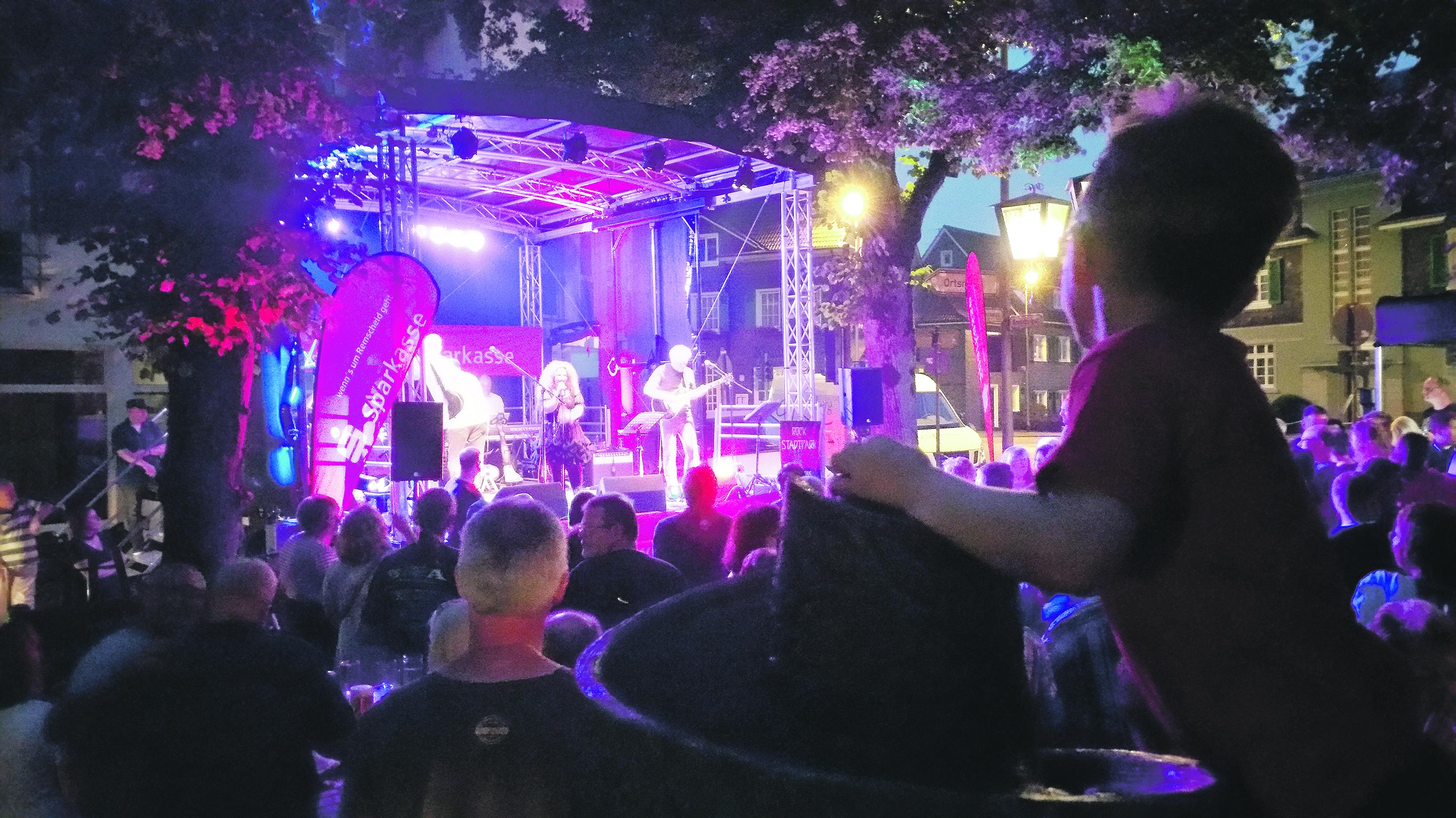 Die Band Fachwerk rockte beim Jubiläums-Brunnenfest zum 15. Geburtstag des Marketingrat Lüttringhausen. Foto: Sascha von Gerishem