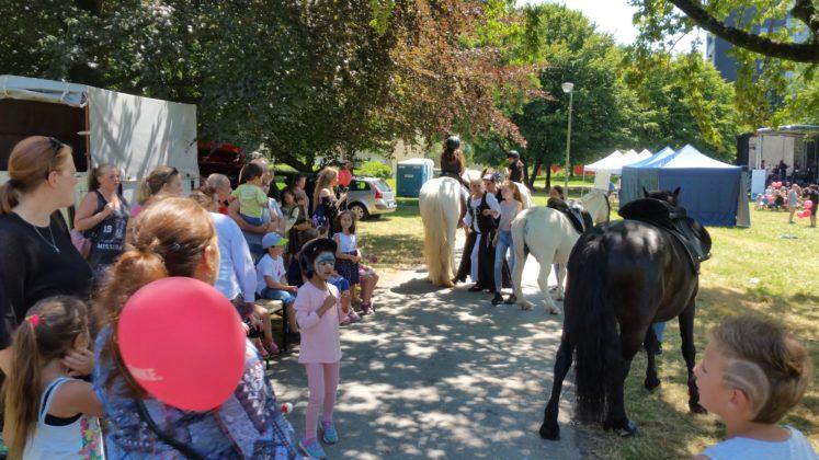 Der Andrang bei den Remscheider Reitgören war groß, doch nur Kinder durften auf die Ponys. Foto: von Gerishem