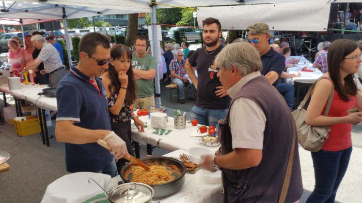 Die Deutsch-Italienische Gesellschaft Remscheid servierte Spaghetti Bolognese. Foto: von Gerishem