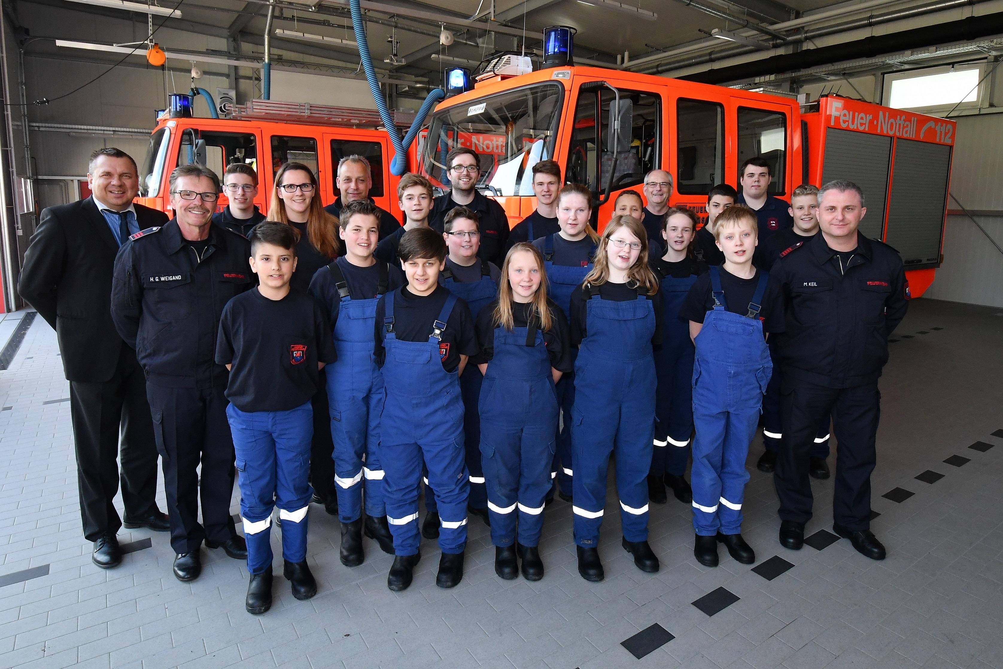 Filialleiter Carsten Tillmanns (l.) besuchte die Jugendfeuerwehr der Freiwilligen Feuerwehr Lüttringhausen. Mit dabei waren unter anderem Hans-Günter Weigand, stellvertretender Einheitsführer (2.v.l), und Dirk Starcke, Vorsitzender des Fördervereins (hinten, 2.v.r.) Foto: Volksbank / Jürgen Moll
