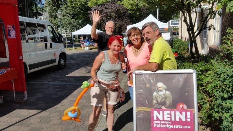 Jürgen Heuser fotobombt ein geplantes Gruppenbild von Nicole Dahmen, Ursula Wilberg und Volker Beckmann. Foto: von Gerishem