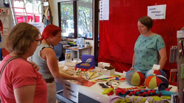 Maike Monstadt vom Berufsbildungsbereich der Lebenshilfe präsentierte auch selbstgemachte Puzzles, Spiele sowie Hundespielzeug und Halsbänder. Foto: von Gerishem