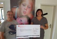 """Rolf New vom TV """"Frisch auf"""" Lennep überreicht den Spendenscheck an Birgit Köppe-Gaisendrees von der Kinderschutzambulanz. Foto: privat"""