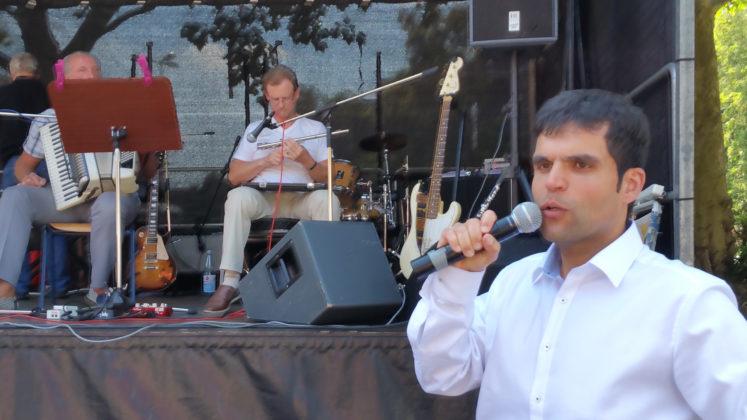 Wie hieß nochmal das Showtalent im weißen Oberhemd - Antonio Scarpino von der AWO. Foto: von Gerishem