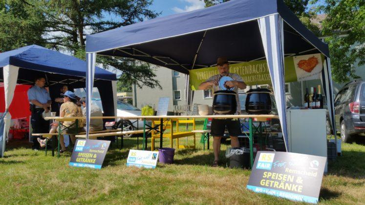 Volker Beckmann servierte für die Steuerungsgruppe Fairtrade-Town Remscheid faire Weine, Sekt und Suppen. Foto: von Gerishem