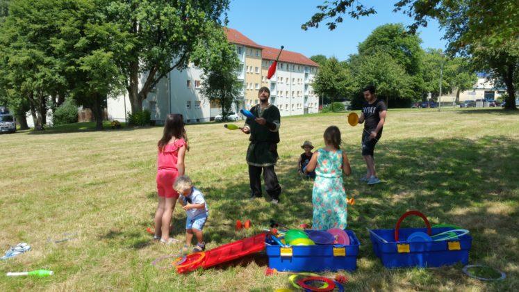 Jongleur Sascha brachte manchem Kind das Jonglieren bei. Foto: von Gerishem