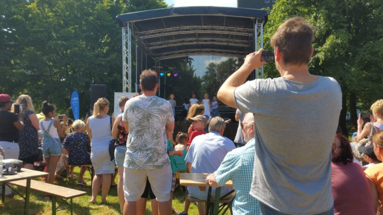 Wenn die Kleinsten auf der Bühne waren, herrschte dichtes Gedränge. Foto: von Gerishem