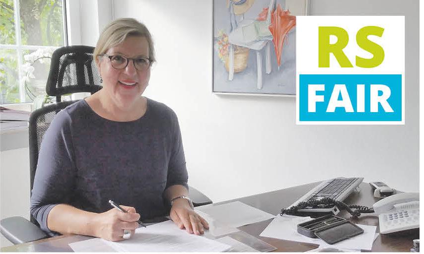 In ihrer Funktion als Vorsitzende vom Heimatbund Lüttringhausen e.V. unterzeichnete Christiane Karthaus die Beitrittserklärung zur Fairtrade-Town Remscheid. Foto: von Gerishem