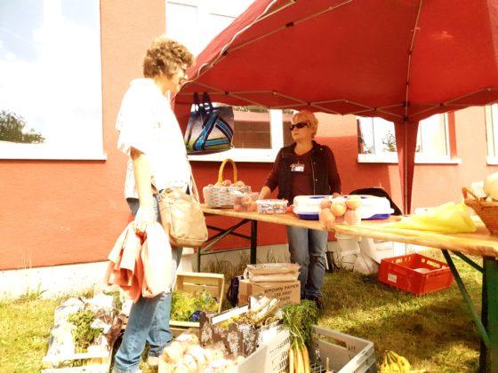 Anke Benedix informiert sich bei Elke Gorka über das Retten von Lebensmitteln und die Initiative Foodsharing, die sich den Stand mit der Steuergruppe Fairtrade-Town Remscheid teilte. Foto: Sascha von Gerishem