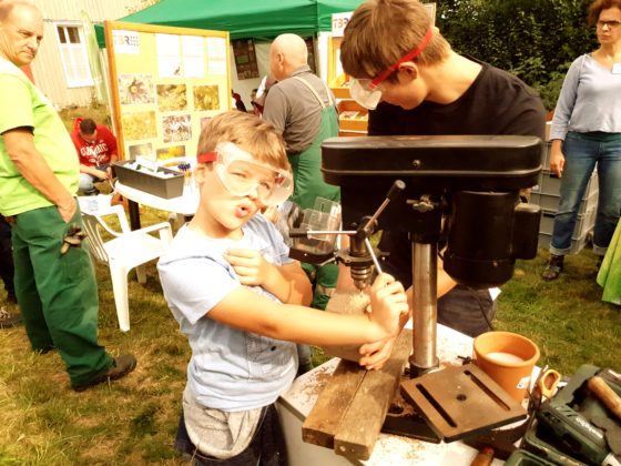 Lasse (7) aus Wermelskirchen hat Spaß an der Bohrmaschine. Foto: Sascha von Gerishem