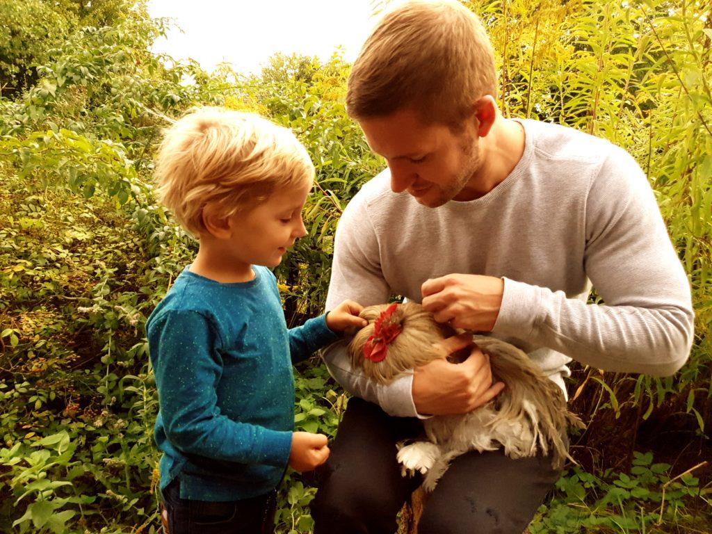 Marius und Luke (4) beim Hühnerstreicheln. Foto: Sascha von Gerishem