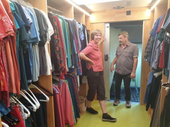 Faire Kleidung in einer rollenden Boutique: Das Gefairt. Foto: Sascha von Gerishem