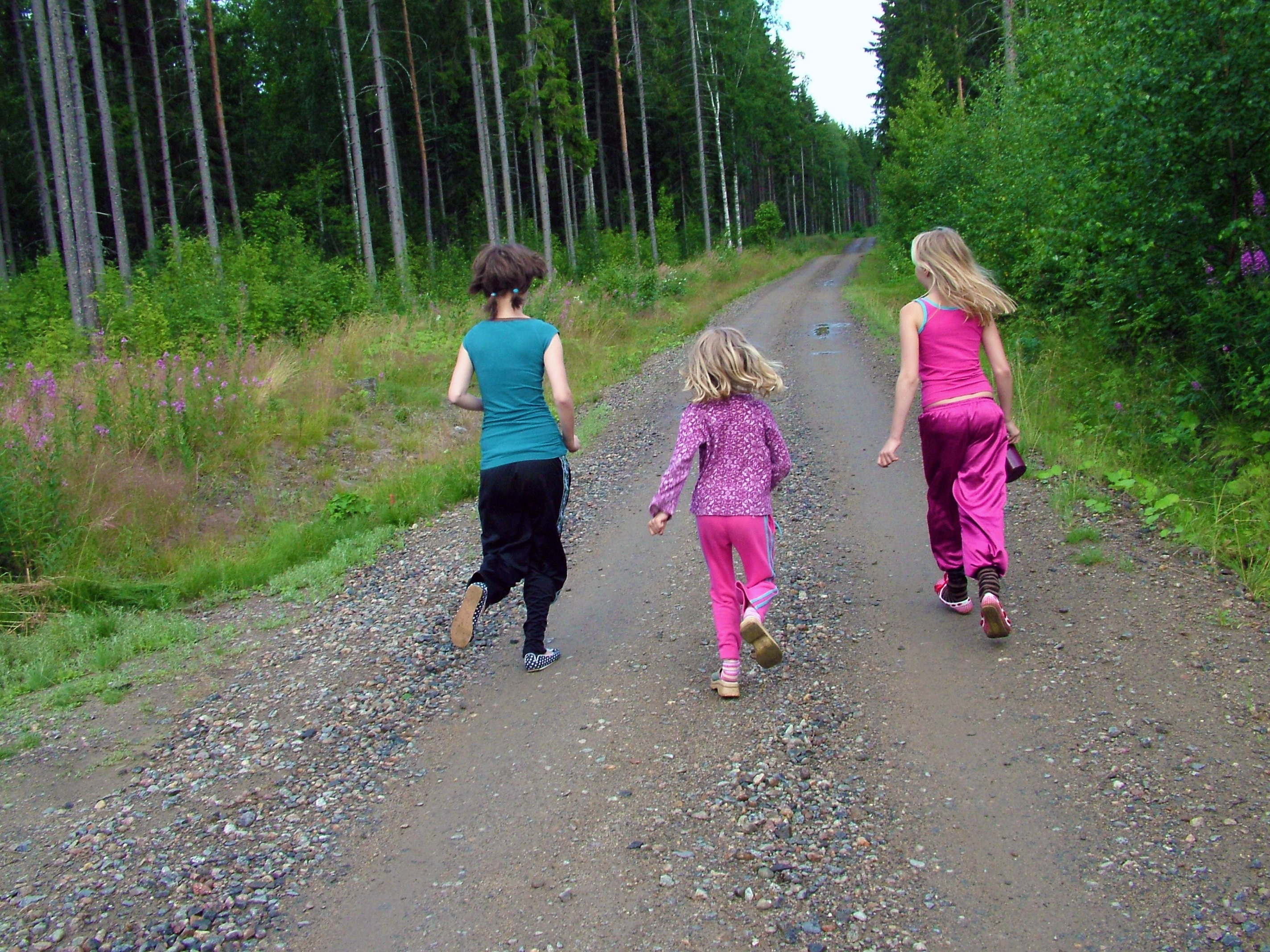 Mit Kindern kann man Plogging als abwechslungsreiches Spiel gestalten.