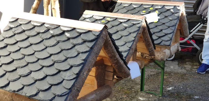 Auch Vogelhäuser können fachmännisch mit Schiefer gedeckt werden, wie bei Dachdeckermeister Arndt Lixfeld. Foto: Sascha von Gerishem