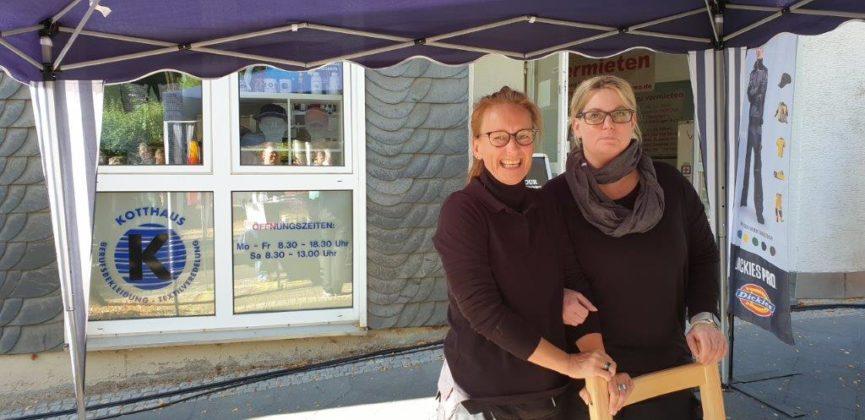 Susanne Bayomi und Thordis Kotthaus (v.l.) von Kotthaus Berufsbekleidung lächeln um die Wette. Foto: Sascha von Gerishem