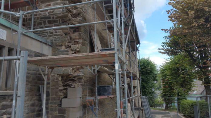 Anfang August war die evangelische Kirche Lüttringhausen noch unvollständig und eingerüstet. Foto: Sascha von Gerishem