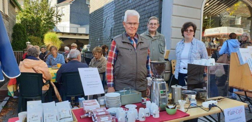 Süße Spendenbausteine, Espresso, selbstgestrickte Socken und viele Produkte aus dem Fairen Handel gab es beim Flair-Weltladen. Foto: Sascha von Gerishem