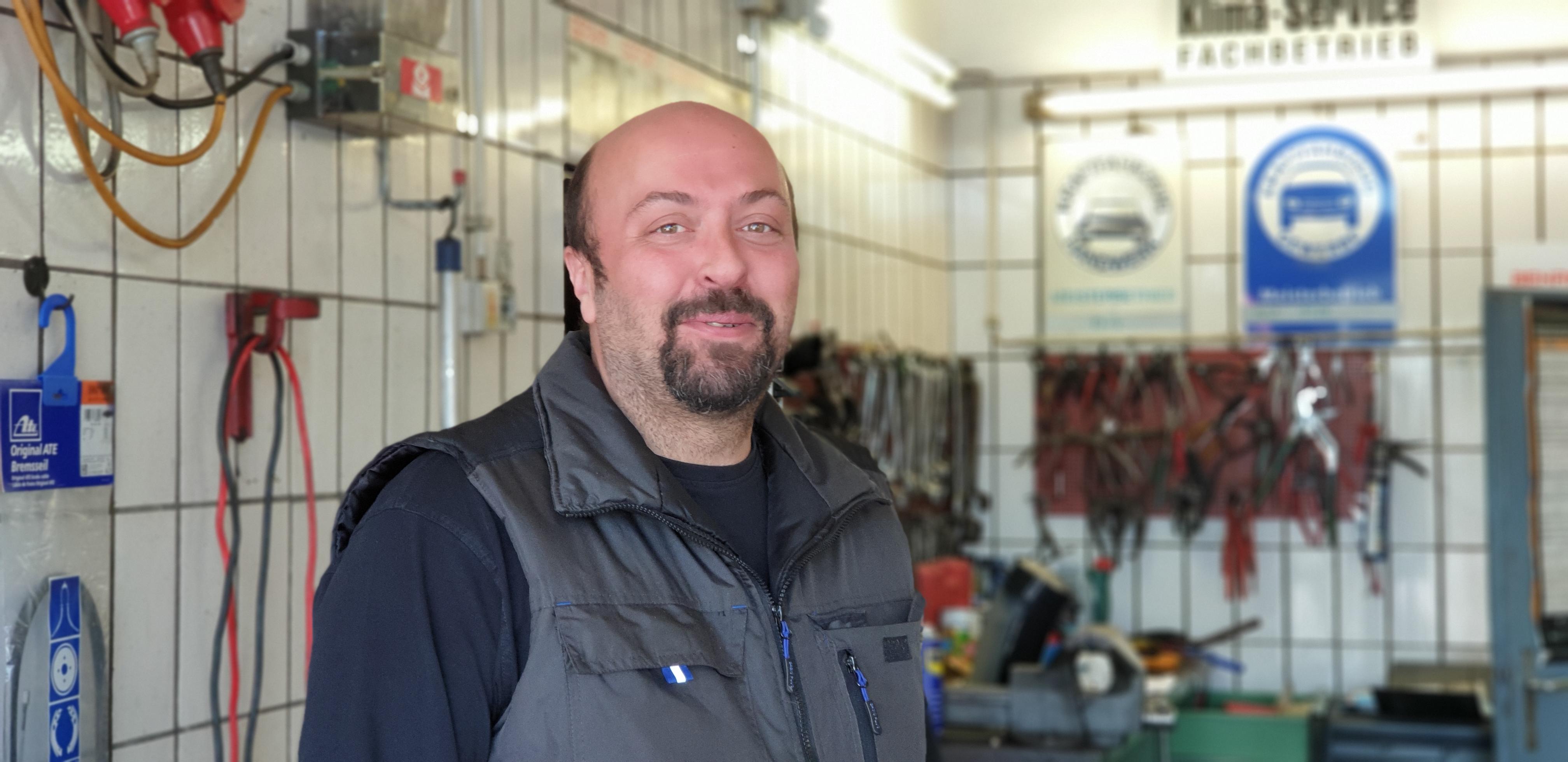Kfz-Meister Özay Bozaci trägt stets ein Lächeln im Gesicht. Foto: Sascha von Gerishem