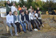 Tolles Team: Für die Wildbienen-Anlage packten die Volksbank-Azubis gemeinsam mit den TBR-Mitarbeitern um Reiner Malcher (r.) an. Foto: Volksbank