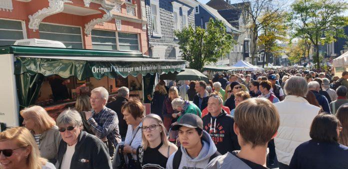 Besonders in der Gertenbachstraße wurde es voll beim Bauernmarkt. Foto: Sascha von Gerishem
