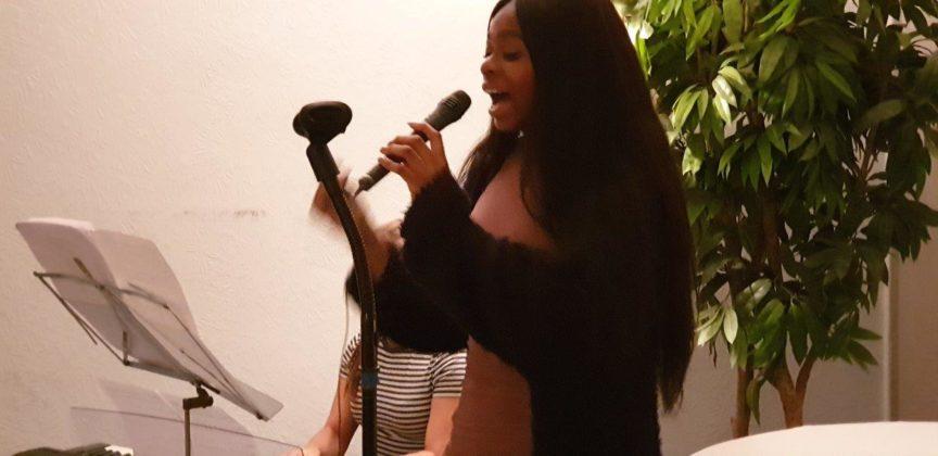 Charlene Donkor singt live. Foto: Sascha von Gerishem