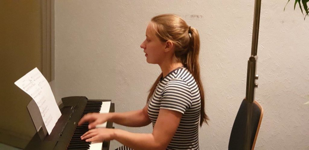 Celine Kammin am E-Piano. Foto: Sascha von Gerishem