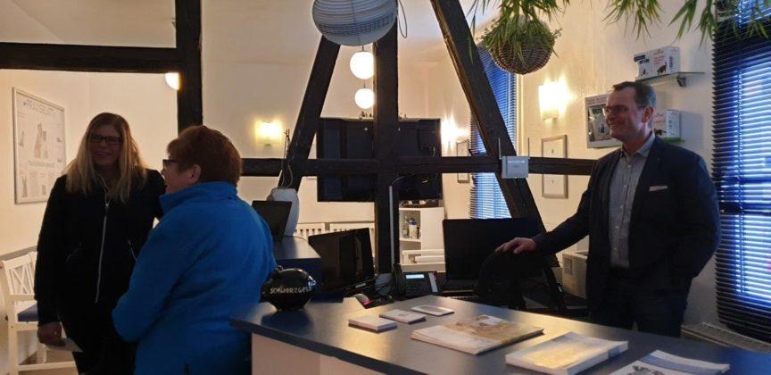 Feierliche Übergabe auf der Barmer Straße in Lüttringhausen: Dr. Anna Weber übernimmt den Pferdeanteil der Tierarztpraxis Dr. Stephan Schubert. Foto: Sascha von Gerishem