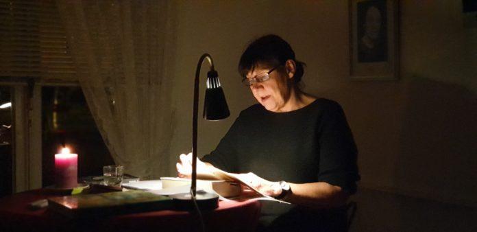 Vorleserin Ulla Wilberg versetzte die Zuhörer literarisch in Angst und Schrecken. Foto: Sascha von Gerishem