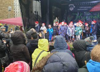 Die Grundschule Eisernstein ist auf der Bühne auf dem Ludwig-Steil-Platz in Lüttringahusen aufgetreten. Foto: Sascha von Gerishem