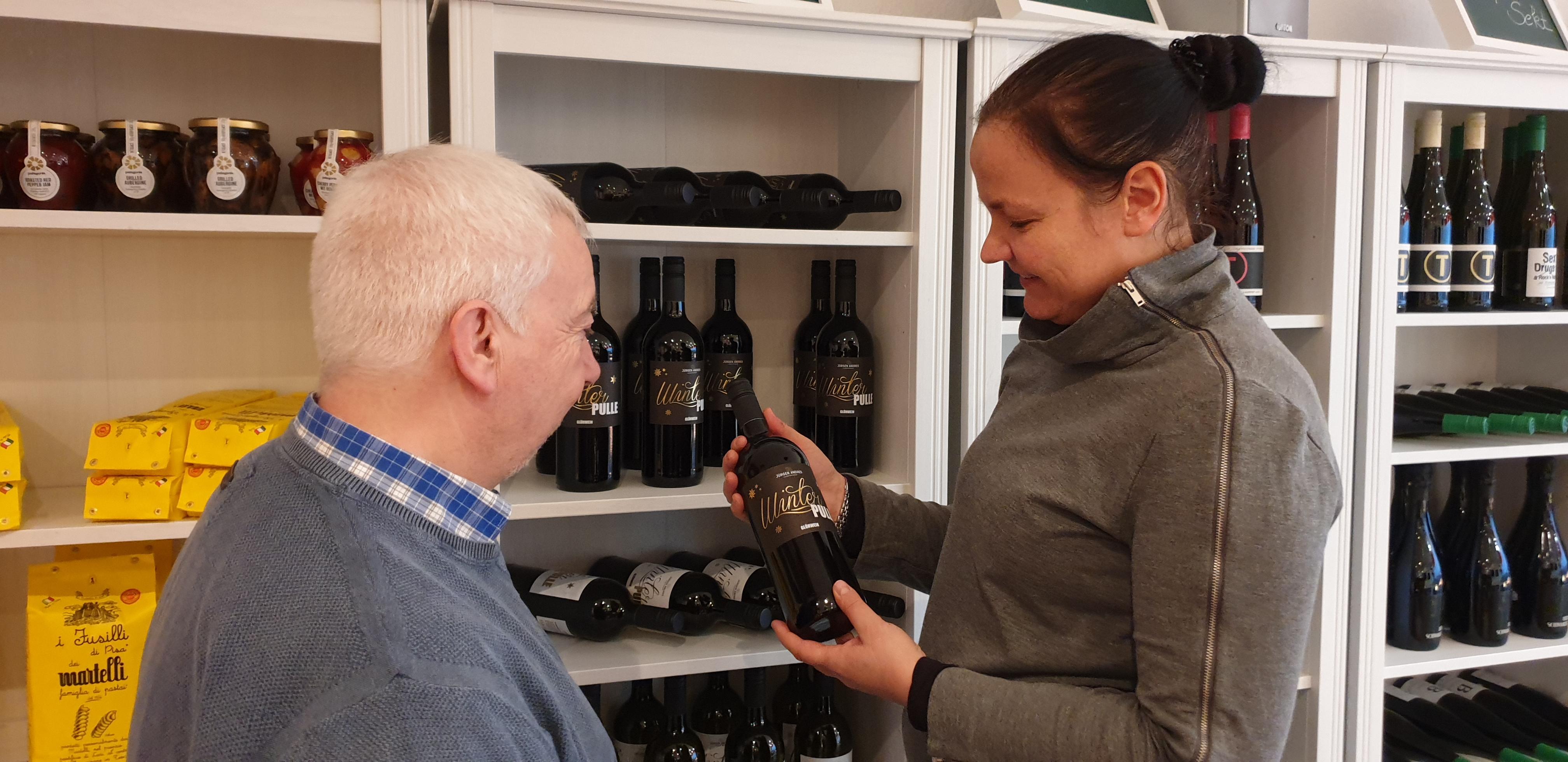 Herzliche Anekdoten bei der Weinempfehlung: Danny Winter und Jugendreferent Rolf Haumann. Foto: Sascha von Gerishem