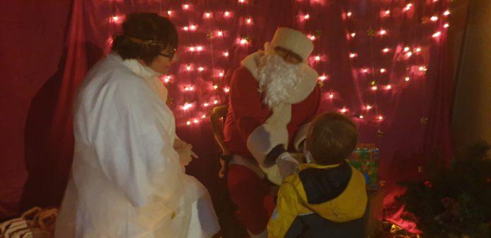 Sankt Nikolaus war zu Gast im Dorf-Shop in Lüttringhausen. Foto: Sascha von Gerishem