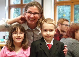 Pfarrerin Kristiane Voll mit Täufling Diego (9) und dem Jubiläumstäufling Angelina (6) im Gemeindehaus der evangelischen Kirchengemeinde Lüttringhausen. Foto: Sascha von Gerishem