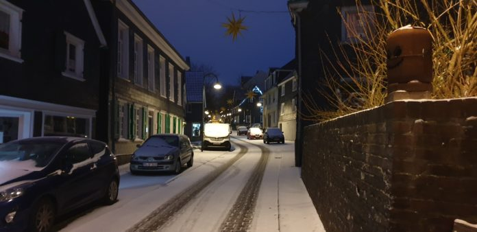 Am 3. Advent hat es im Remscheid geschneit, wie hier in der Gertenbachstraße in Lüttringhausen. Foto: Sascha von Gerishem