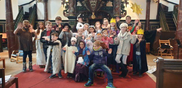 Das Ensemble des Krippenspiels in der evangelischen Kirche Lüttringhausen - der Schnuller ist Requisite und Teil der Rolle. Foto: Sascha von Gerishem
