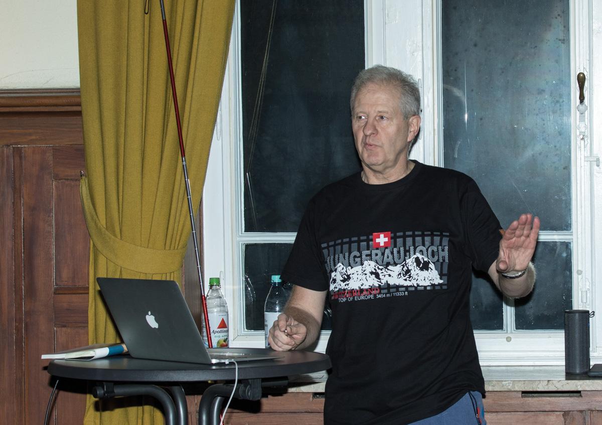 Dr. Ferdi Nolzen während seines Berichtes mit passendem T-Shirt. Foto: www.juudo-fotografie.de