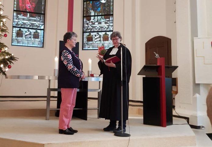 Pfarrerin Schröder-Möring segnet Sylvia Tarhan zum Abschied. Foto: Kadir Tarhan