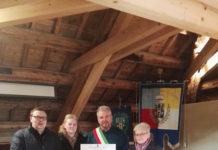 Der Bürgermeister von Zoppè di Cadore, Renzo Bortolot, mit der Familie Belfi. Foto: privat