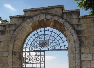 "Tor in Jerusalem mit der Aufschrift ""Zum Grab von Oskar Schindler"". Foto: Yoninah [CC BY-SA 3.0 (https://creativecommons.org/licenses/by-sa/3.0) or GFDL (http://www.gnu.org/copyleft/fdl.html)], from Wikimedia Commons"