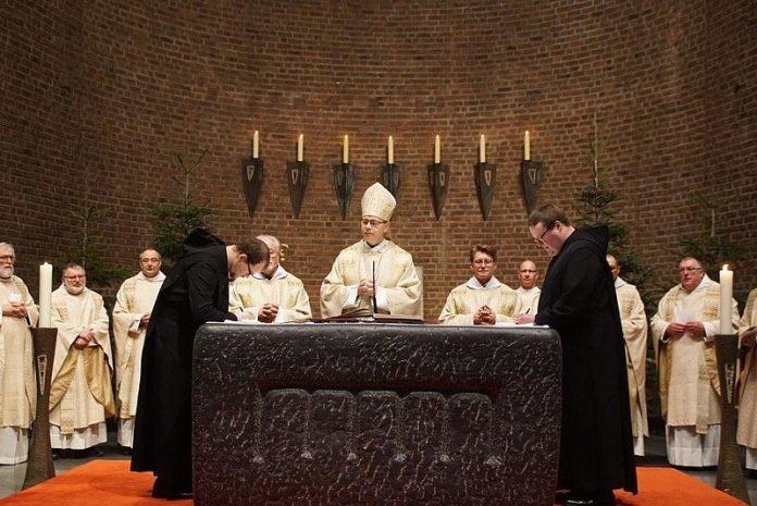 Die klösterliche Profess ist das öffentliche Versprechen, ein Leben lang als Mönch nach der Regel des Heiligen Benedikt zu leben. Foto: Abtei Königsmünster