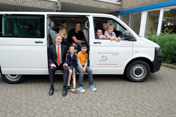 Die Remscheider Heinrich-Neumann-Schule schaffte es mit Hilfe des Crowdfundings, Geld für einen neuen Schulbus zu sammeln.  Foto: Volksbank / Jürgen Moll