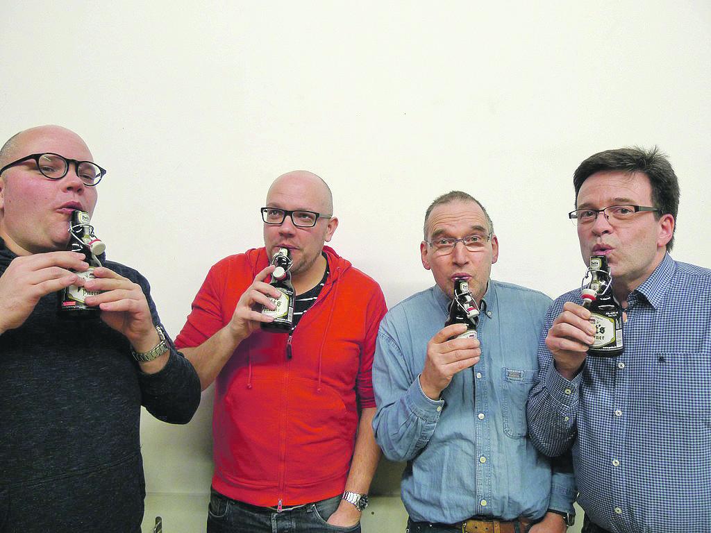 Sebastian Brüninghaus, Marc Brüninghaus, Jürgen Kammin und Volker Müller (v.l.) an der Biertuba. | Foto: privat