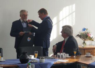 OB Burkhard Mast-Weisz nestelt mit der Ehrennadel an Klaus Kreutzer herum, Fritz Beinersdorf schaut amüsiert zu. | Foto: Sascha von Gerishem