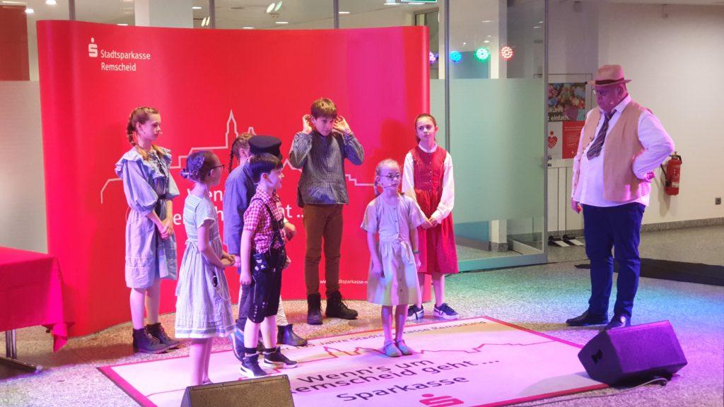 Die Kinderspielgruppe der Lüttringhauser Volksbühne mit Spielleiter Udo Leonhardt. | Foto: Sascha von Gerishem