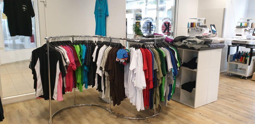 T-Shirts in vielen Farben und Qualitäten, auch fairgehandelte T-Shirts gibt es in der Fairtrade-Town Remscheid - druch Kotthaus Berufsbekleidung in Lüttringhausen. | Foto: Sascha von Gerishem