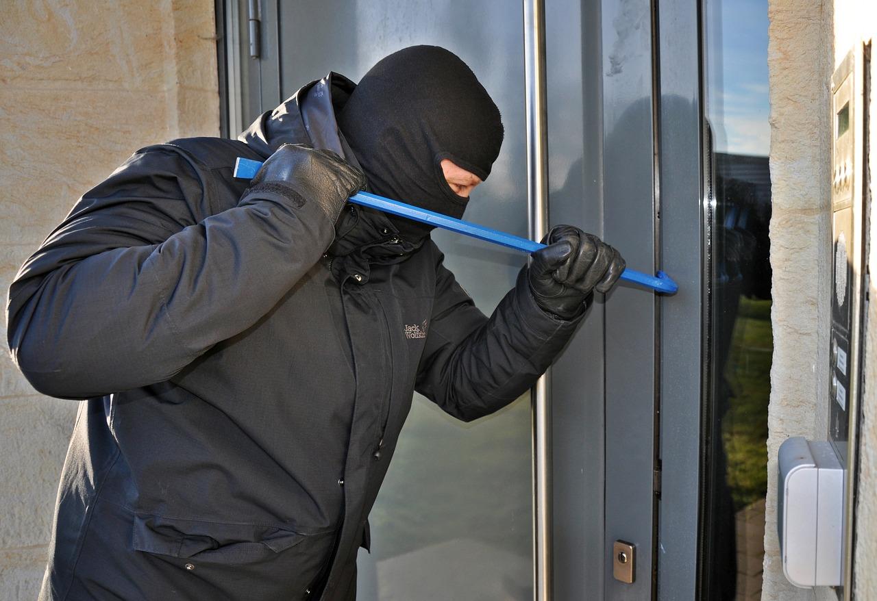 Einbrecher beim Einbrechen. Symbolfoto.