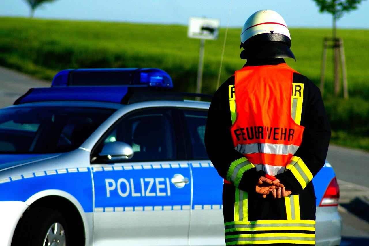 Polizei und Feuerwehr im Einsatz. Symbolfoto.