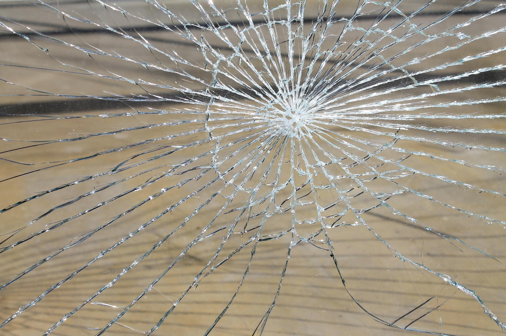 Zerstörte Fensterscheibe. Symbolfoto.