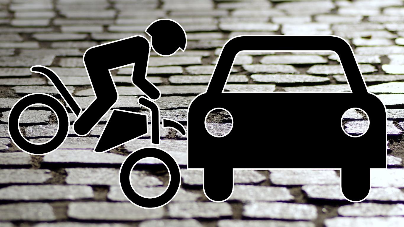 Unfall zwischen Zweirad und Auto. Symbolbild.