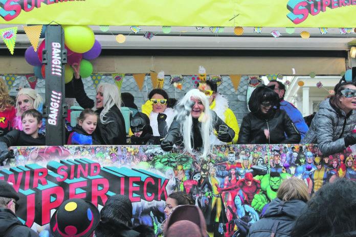 Beim Rosenmontagszug der Lenneper Karnevalsgesellschaft feiern die Jecken ausgelassen. | Foto: Tim Oelbermann - www.oelbermann-foto.de