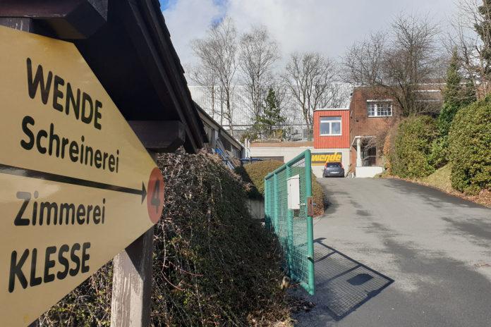 Das Firmenschild an der Dreherstraße 4 weist in die Einfahrt der Unternehmen.   Foto: Sascha von Gerishem